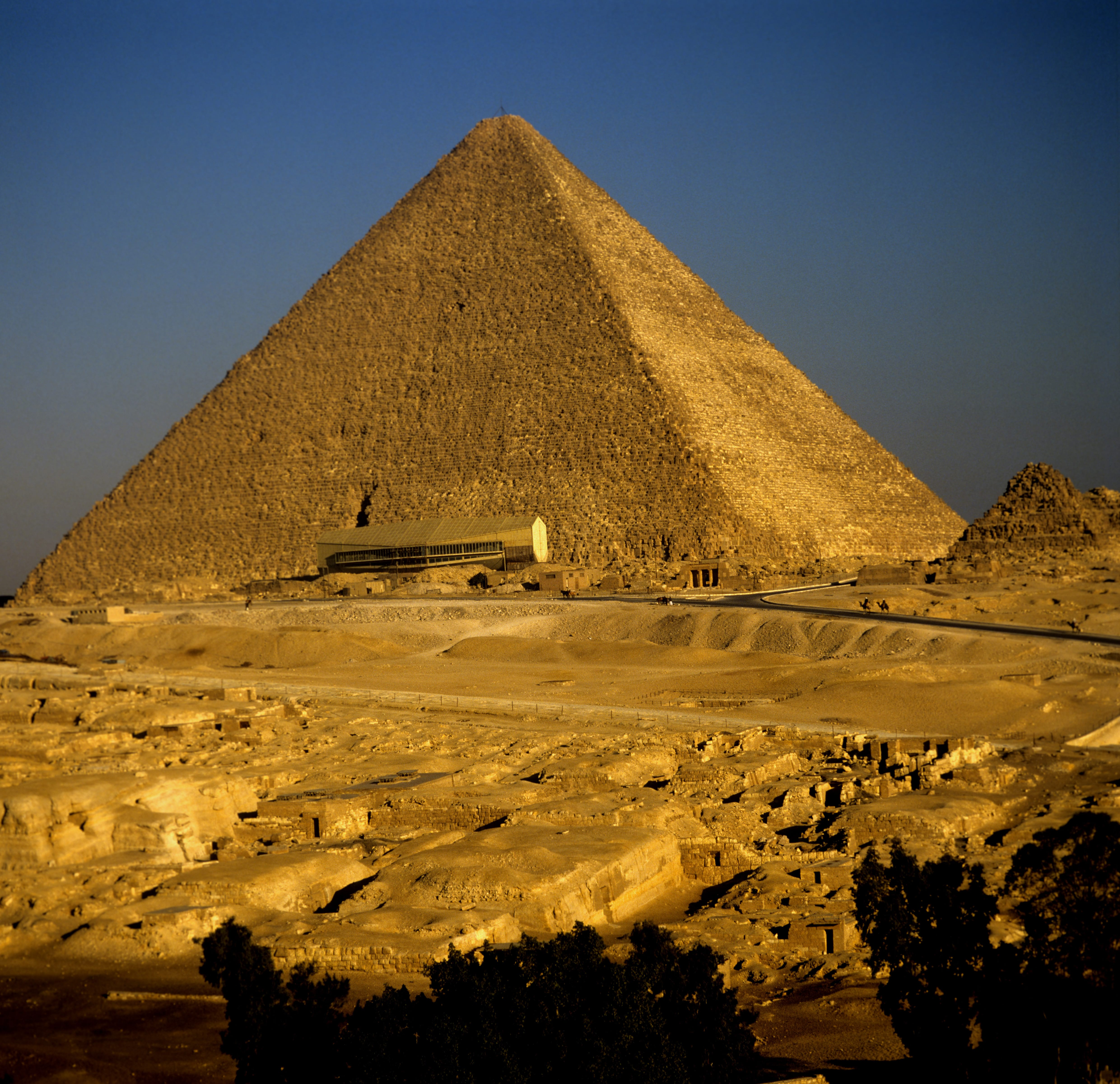 Cheops-Pyramide mit Bootsmuseum